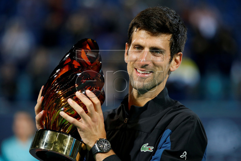 fc9a0f765 epa07253260 Novak Djokovic of Serbia poses with the trophy after winning  the final match against Kevin