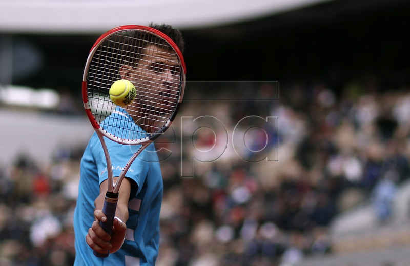 Dominic Thiem of Austria plays Novak Djokovic of Serbia during their men?s semi final match during the French Open tennis tournament at Roland Garros in Paris, France, 07 June 2019. EPA-EFE/YOAN VALAT